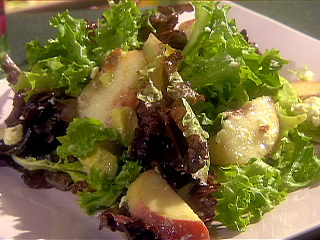 EE1016_Mixed-Green-Salad-with-Diced-Avocado-Peaches-Bacon